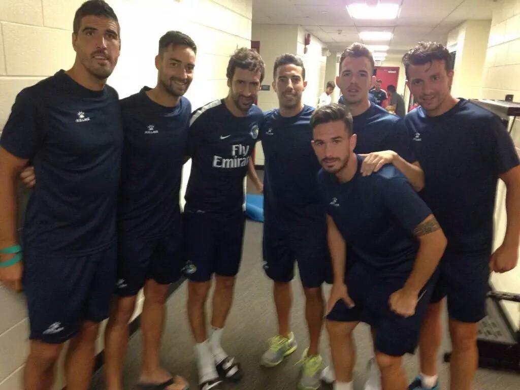 Varios jugadores con Raúl González